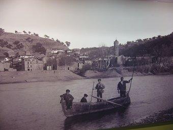 Fotos antigues i estris que s'han recuperat al centre de Tivenys. L.M
