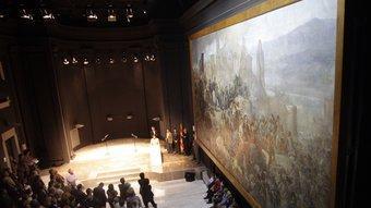 """Acte oficial d'instal·lació del quadre """"El gran dia de Girona"""" a l'auditori Josep Irla de la nova seu de la Generalitat. JULIETA SOLER"""