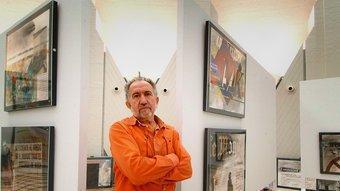 Josep Niebla amb l'exposició que es pot veure a la subdelegació del govern espanyol a Girona. JORDI SOLER