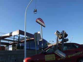 Un fanal que va caure sobre un cotxe, ahir a la zona de Riells de l'Escala.  EL PUNT