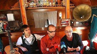 Le Croupier entre René Garcia i Salvador Sunyer, ahir al carruatge bar del Circ Raluy MANEL LLADÓ