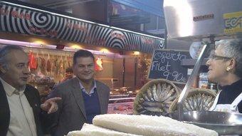 Joan Carretero va visitar ahir els mercats de la Devesa i del Lleó de Girona.. EL PUNT