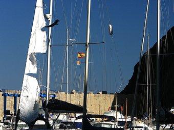 Una vela trencada d'una embarcació al port de Portbou, ahir al migdia. MANEL LLADÓ