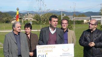 Santi Vila, amb el poble del Mallol de fons. J.C