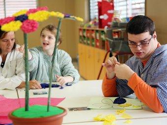 Els nens que s'estan a l'obra Nen Déu fa dies que treballen per preparar la visita del papa. Fa uns dies estaven acabant de fer flors de paper ANDREU PUIG