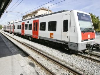 Un tren dels Ferrocarrils de la Generalitat de Catalunya en una estació ROBERT RAMOS