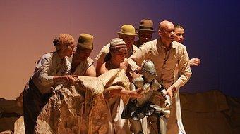 Els intèrprets de 'Voyageurs immobiles', amb el titella protagonista de la cursa de la humanitat, al centre del grup, en una de les imatges més potents del muntatge de Philippe Genty. MANEL LLADÓ