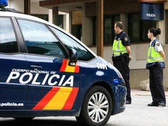 Dos agents de la Policía Nacional fent un control. MANEL LLADÓ