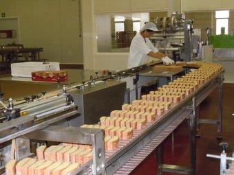 Una treballadora de l'empresa Inpanasa d'Aiguaviva, ahir durant el procés de producció. I.BOSCH