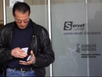 Un beneficiari sortint d'una oficina del Servei Valencià d'Ocupació. EL PUNT AVUI