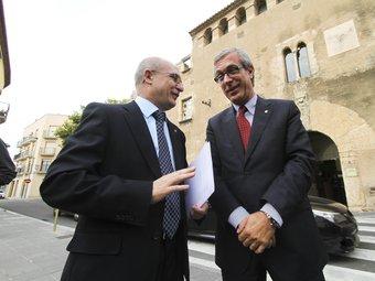 L'alcalde de la Canonja, Roc Muñoz, i el de Tarragona, Josep Fèlix Ballesteros, davant del castell de Masricart un cop acabat el ple de constitució. DIMAS BALAGUER