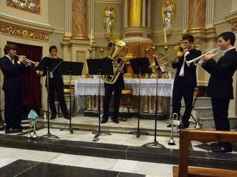 Actuació del Quintet Joves del metall, a la capella de l'església de Villar. ESCORCOLL