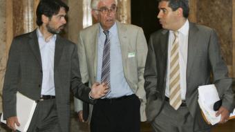 Daniel Osàcar, flanquejat pels diputat Pujol i Oms, el dia que va comparèixer al Parlament de Catalunya ROBERT RAMOS