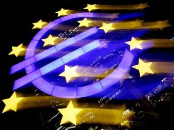 Fotografia a velocitat lenta del logotip de la seu central del Banc Central Europeu (BCE), a Frankfurt.  FRANK MAY/EFE