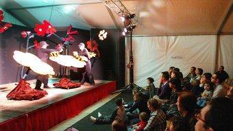 Espectadors grans i petits a la vela de la Devesa, tot contemplant l'obra 'El rusc de la Melinda'. JOAN SABATER