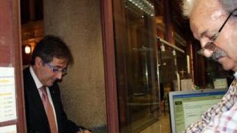 El conseller de Governació i Administracions Públiques, Jordi Ausàs, tramitant la seva sol·licitud de vot per correu. ACN