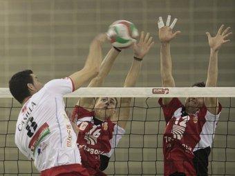 Xavier i Carles Mora fan un bloqueig durant un partit./  J.C.L