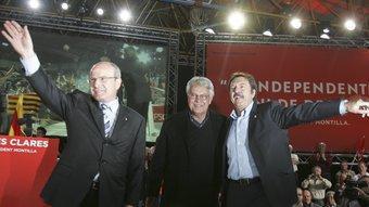 El presidnet Montilla, Felipe González i l'alcalde de Badalona, Jordi Serra, al míting de celebrat a Llefià ROBERT RAMOS