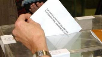 Una persona votant a les passades eleccions del Parlament de Catalunya ARXIU