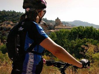 Una usuària de la nova ruta turística davant el monestir de Vallbona de les Monges. P.VIADER