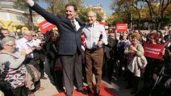 Marcel·lí Iglesias i José Montilla saluden, dalt d'una petita tarima, als assistents a un acte a la Guineueta JOSEP LOSADA