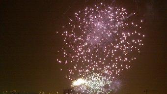 Un dels moments del castell de focs artificials, ahir al vespre a Girona, i vistos des del puig d'en Roca. Els focs van cloure els actes de les fires de Sant Narcís. JOAN SABATER