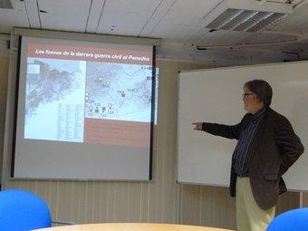 El president de l'IEP, Ramon Arnabat, mostrant ahir el mapa on només constaven 8 fosses al Penedès. A.M