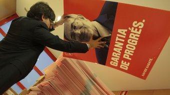 El cap de campanya del PSC, ahir amb els cartells amb el cap de llista per Tarragona. Xavier Sabaté. JOSÉ CARLOS LEÓN