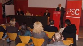 El cap de llista del PSC, Joaquim Nadal, acompanyat de Joan Albesa, Pia Bosch i Esteve Pujol, ahir en la conferència a la Mercè de Girona. O.M