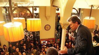El president de CiU, Artur Mas, ahir a un Zurich que va quedar-se petit, amb els seus seguidors al Facebook ANDREU PUIG