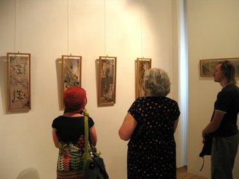 Algunes persones visiten una anterior exposició. ESCORCOLL