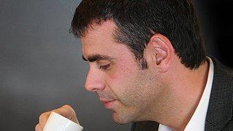 Santi Vila beu un tallat. Manel Lladó