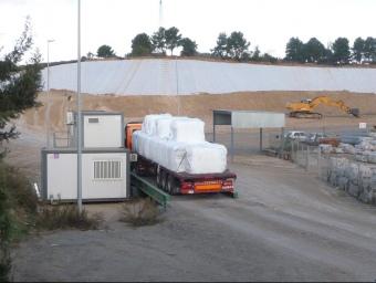 Un camió amb bales d'ecoparc a l'entrada de l'abocador Elena, el novembre passat. C.A.F