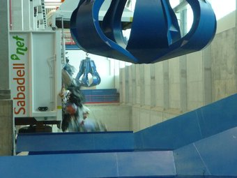 Un camió d'escombraries abocant les deixalles a les instal·lacions de l'ecoparc. C.A.F