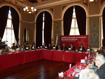 Els alcaldes de la comarca, ahir a la tarda, reunits per validar l'acord tarifari a la sala foyer del teatre Principal de Sabadell E.A