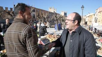 El candidat popular parlant amb un dels venedors del mercat. josé carlos león