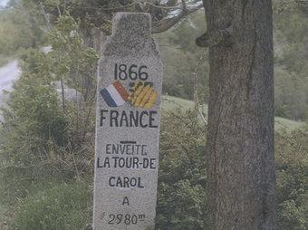 Detall de la portada de la guia, una fita al camí de la Vinyola, entre Puigcerdà i Enveig ALBERT MONCUSÍ