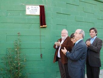 L'alcalde, Salvador Esteve, el regidor d'urbanisme i familiars del mestre en l'acte d'inauguració.