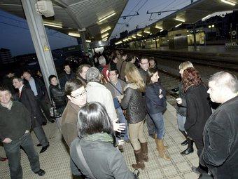 Gent esperant a l'estació de tren de Girona, en una imatge d'arxiu. EUDALD PICAS