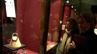 Interior de la joieria Bagués de Barcelona, on es mostren peces de la col·lecció Masriera d'estil modernista.  ARXIU