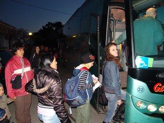 Els passatgers que ahir a les set del matí eren a l'estació de Llançà, pujant a l'autobús. J.P