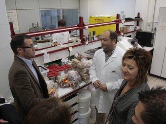 Laboratoris i economia en la visita de De Los Rios a dues empreses de Reus. JOSÉ CARLOS LEÓN