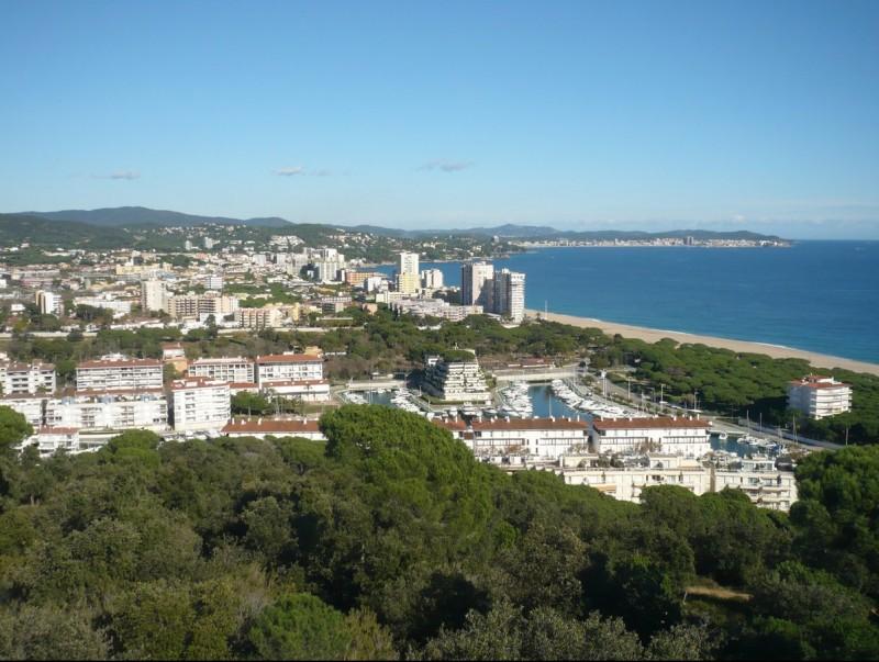 Una vista de Platja d'Aro presa des del Puig Pinell, amb el Port d'Aro en primer terme. ALBERT VILAR