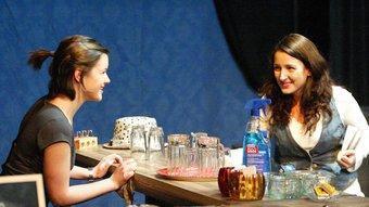 Mima Riera (Lali) i Marta Aran (Eva), en un moment d'aquesta comèdia escrita i dirigida per Llàtzer Garcia, i produïda per La Planeta. JOAN SABATER