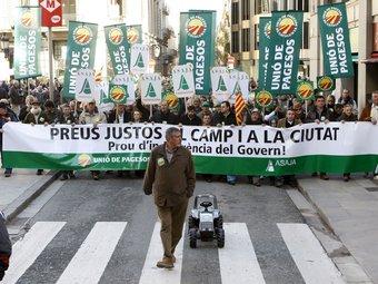 El febrer passat els pagesos es va manifestar a Barcelona demanant preus justos per a la seva producció.  EFE/TONI GARRIGA