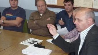El cap de llista ecosocialista (esquerra) reunit amb treballadors de Comforsa i Soler i Palau, als locals de CCOO de Ripoll.  R. E
