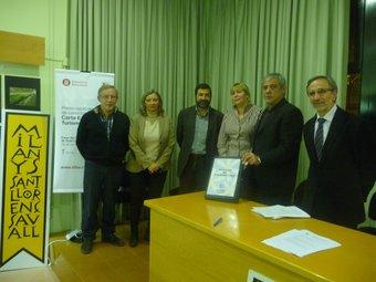 Els representants dels consorcis de turisme de la zona i l'alcalde de Sant Llorenç, Ricard Torralba, amb el dossier M.C.B