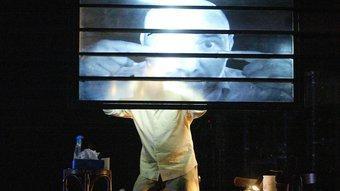 L'actor Dirk Roofthooft és el protagonista del colpidor espectacle 'Rojo resposado', de Guy Cassiers.  JOAN SABATER