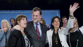 Mariano Rajoy abraçat a Alícia Sánchez-Camacho i a la cap de llista del PP a Lleida, Dolors López, ahir a la llotja de Lleida. LAURENT SANSEN / EFE