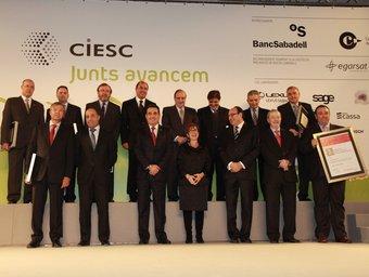 Els guardonats, amb Bustos, Serna, Casas i el president de la Cambra de Sabadell, Antoni Maria Brunet, a la fila inferior. E.A